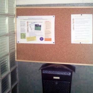 El tablón de anuncios y el buzón del APA están instalados al lado de Secretaría. / El taulell i la bústia de l'APA estan instal·lats devora Secretaria.